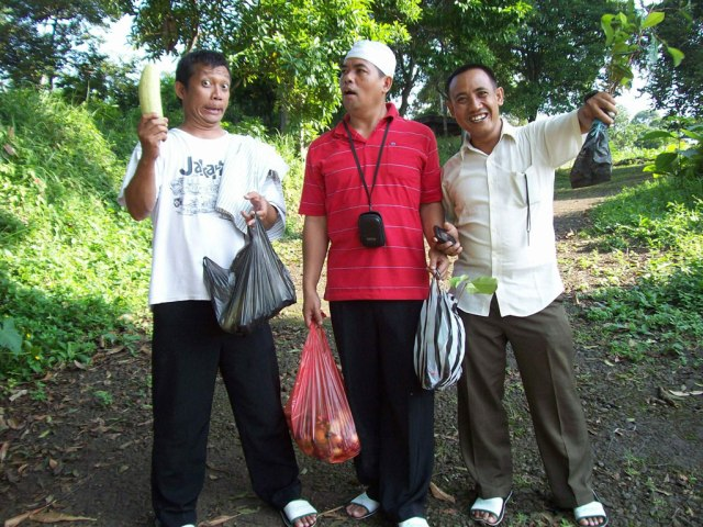 Nah ini dia hasil jarahan dari kampung warga, modal 50ribu x 4 orang bisa menghasilkan banyak buah2an.. nggak ketinggalan, bibit Pohon Salam pun di boyong sama Pak Ryan -Air Suli5-. lumayan buat oleh-oleh.
