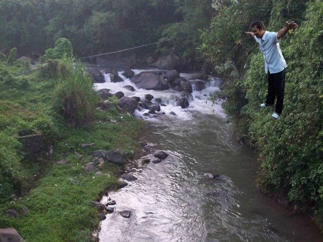 Nggak tanggung-tanggung memang aksi Pak Toro, kali ini dia terjun bebas ke sungai. Wow !
